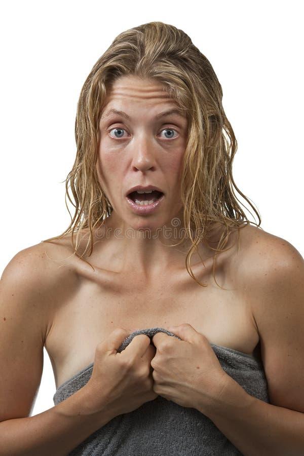 Nahaufnahme auf Frau verlässt eine Dusche, überrascht stockfotos