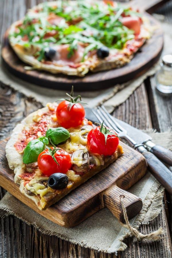 Nahaufnahme auf frisch aufgespaltet einer Pizza lizenzfreie stockfotografie