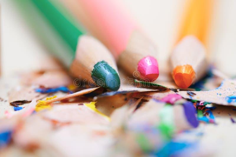 Nahaufnahme auf geschärften farbigen Bleistiften stockfotografie