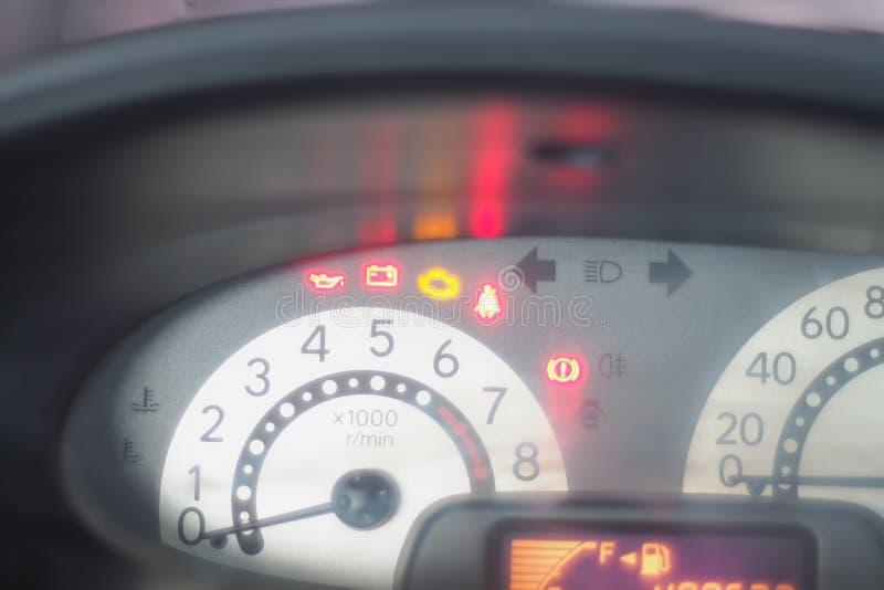 Nahaufnahme auf Geschwindigkeitsmesser im Armaturenbrettauto Geschwindigkeitsmessgerätmeter Ideenhintergrund des Reiseabstrakten  stockfotografie