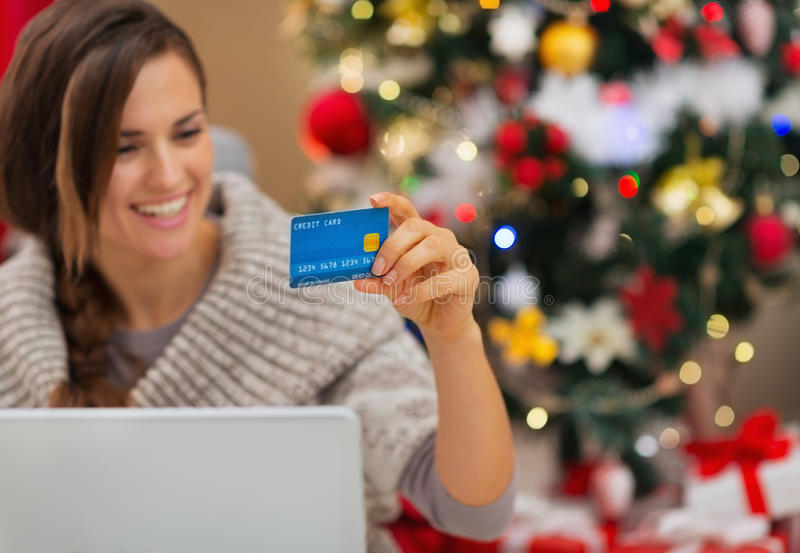 Download Nahaufnahme Auf Kreditkarte In Der Hand Der Glücklichen Frau Stockbild - Bild von nett, dekor: 27728139