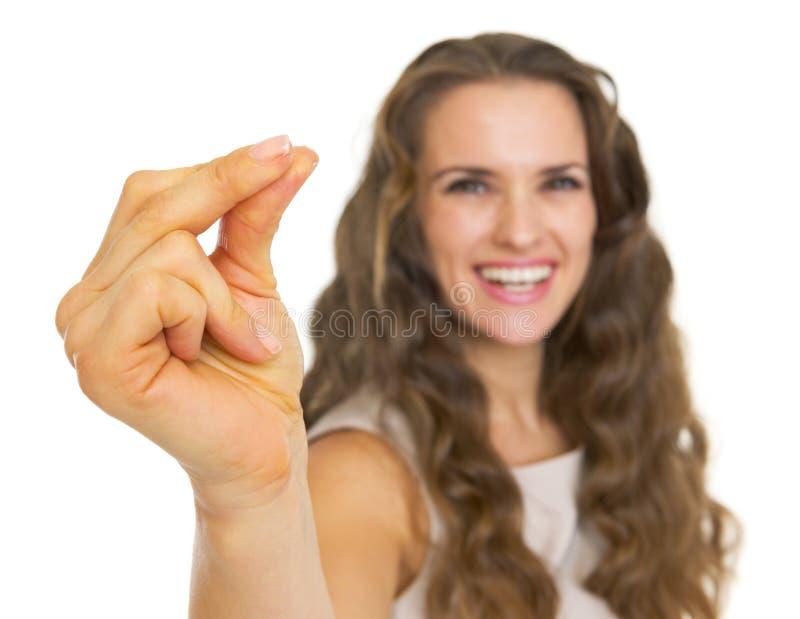 Nahaufnahme auf lächelnden reißenden Fingern der jungen Frau lizenzfreie stockfotografie