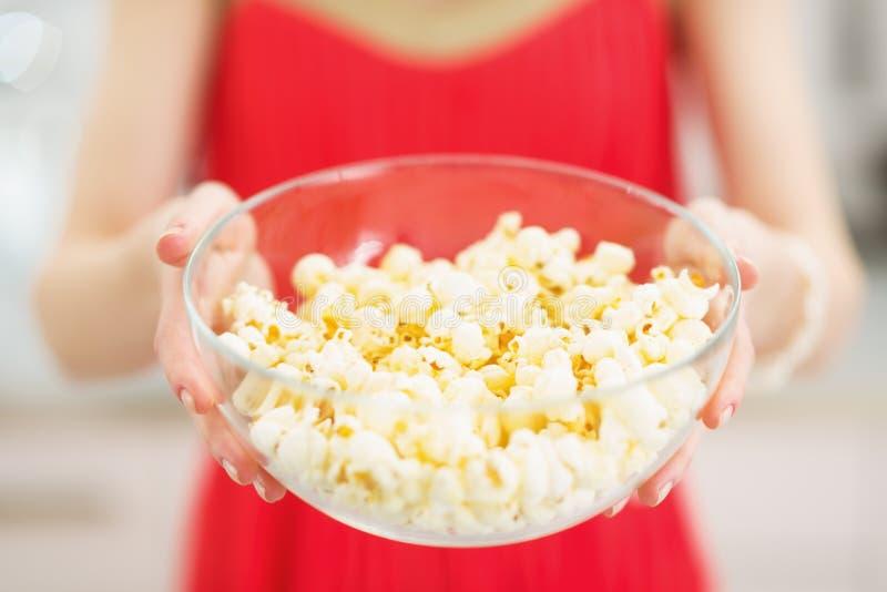 Nahaufnahme auf Platte mit Popcorn in der Hand der jungen Frau stockfoto