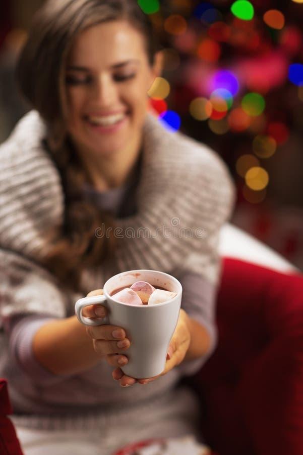 Nahaufnahme auf Schale Schokolade mit Eibisch in der Hand der Frau stockfoto