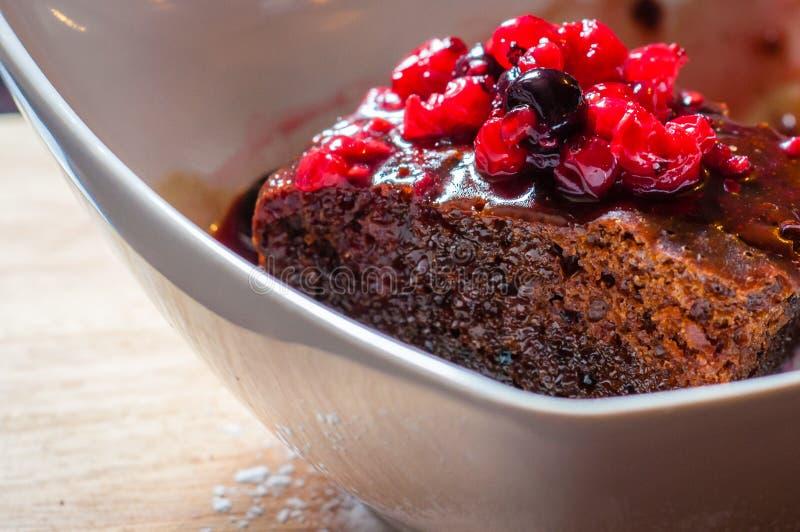 Nahaufnahme auf Schokoladenkuchen mit Waldfrüchten stockfotos