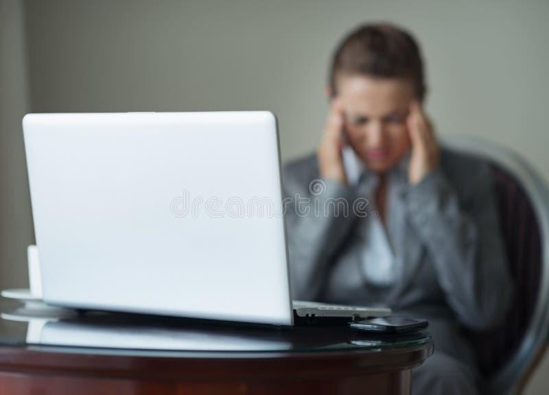 Nahaufnahme auf Schreibtisch mit Telefon und Laptop stockbilder