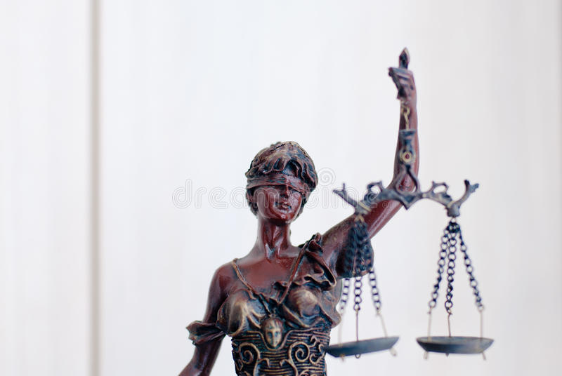 Nahaufnahme auf Skulptur von themis, femida oder Gerechtigkeitsgöttin auf Weiß stockfotos