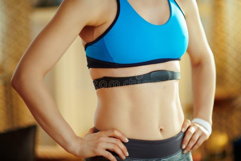 Nahaufnahme auf tragendem Herzfrequenzmonitor der geeigneten Sportfrau stockfoto