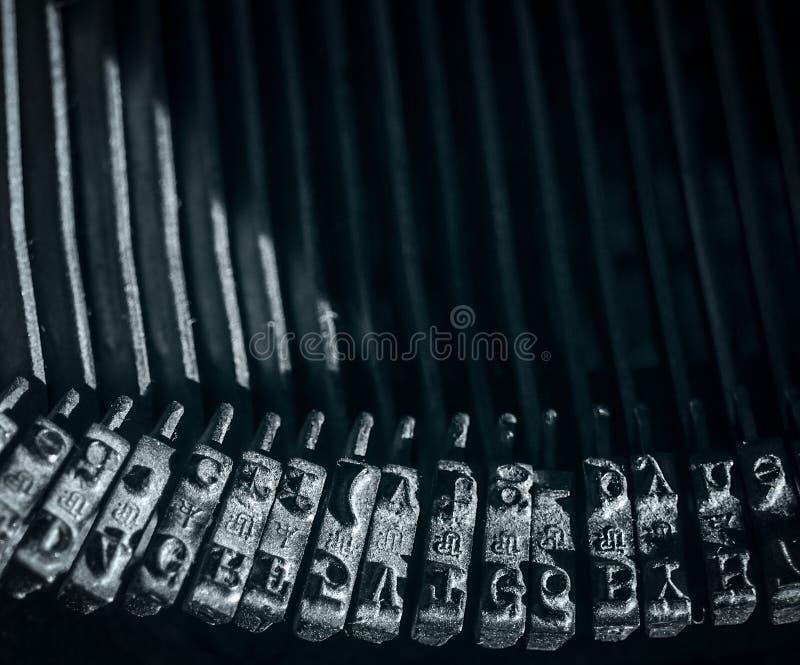 Nahaufnahme auf Typenhämmer mit römischem Alphabet stockfotografie