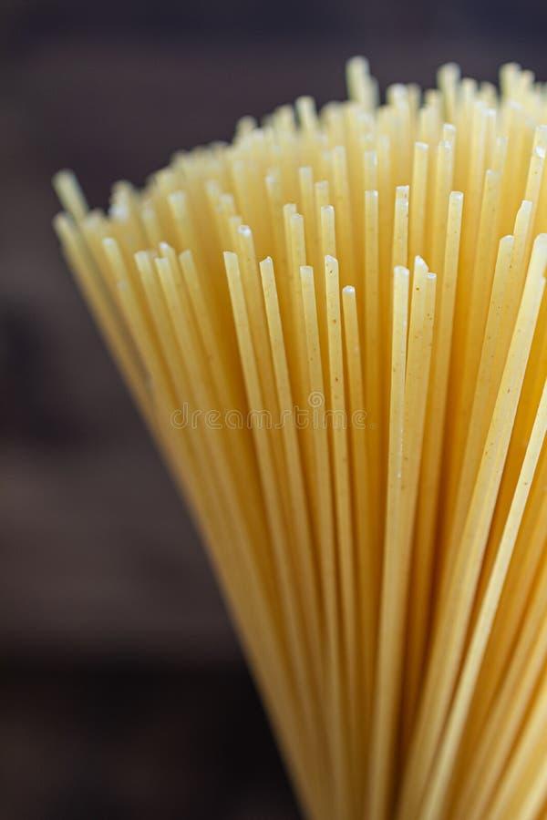 Nahaufnahme auf vertikalem Bündel rohen Spaghettis lizenzfreie stockfotos
