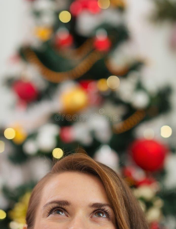 Download Nahaufnahme Auf Weiblichem Kopf Vor Weihnachtsbaum Stockbild - Bild von feiertag, kaukasisch: 27728127