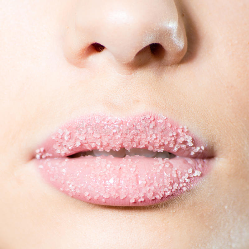 Nahaufnahme auf weiblichem süßem Kandiszuckerlippenkuß lizenzfreie stockbilder
