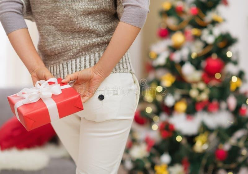 Download Nahaufnahme Auf Weihnachtsgeschenk-Kastenholding Durch Frau Stockbild - Bild von lebensstil, vorbereiten: 27728115