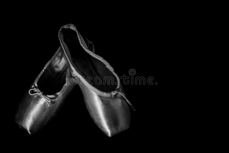 Nahaufnahme-Ballett-Schuh auf schwarzem Hintergrund stockfoto