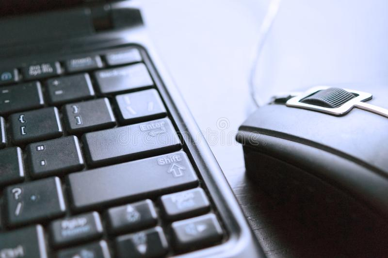 Nahaufnahme-Bild der verdrahteten Computer-Maus und der Laptop-Tastatur E-Commerce, on-line-Einkaufskonzept stockfotos