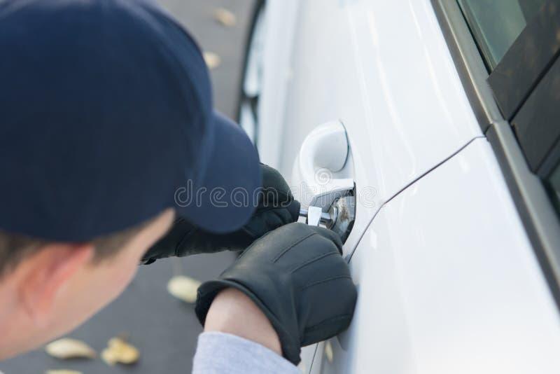 Nahaufnahme, den Verschluss des Zugangs zu einem Auto, unter Verletzung von Privateigentum zerhackend stockbilder