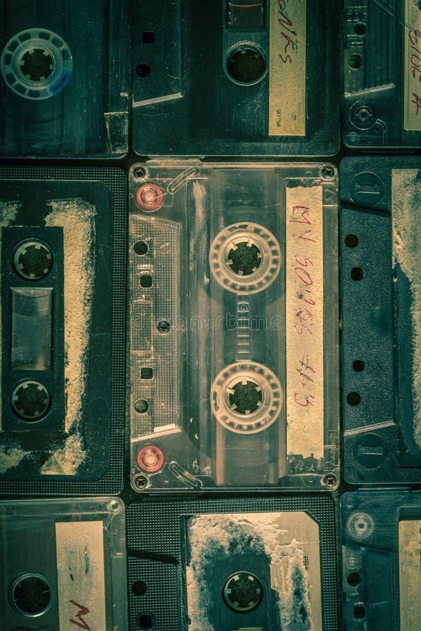 Nahaufnahme der alten Kassette gelegt in Gitter lizenzfreie stockfotografie