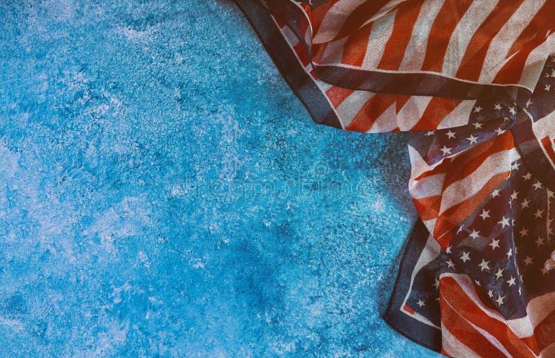 Nahaufnahme der amerikanischer Flagge auf dem Denkmal und Werktagsamerikaner patriotisch lizenzfreies stockbild