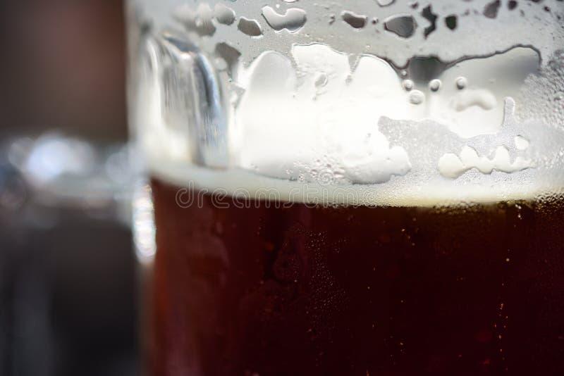 Nahaufnahme der Auffrischung des kalten halben Liters dunklen Ale Beer With Condensations, schaumigen Schaums und Blasen bereit z lizenzfreie stockbilder