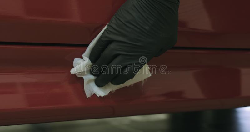 Nahaufnahme der Autofarbe abfettend mit Alkohol bevor dem Polieren stockfotos