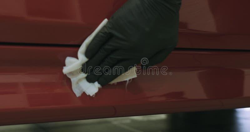 Nahaufnahme der Autofarbe abfettend mit Alkohol bevor dem Polieren stockbilder