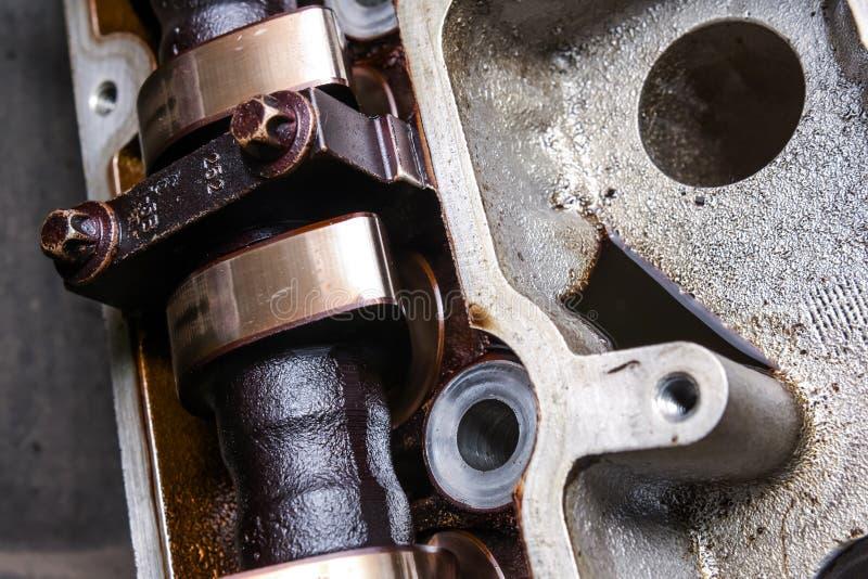 Nahaufnahme der benutzten Nockenwelle im Automotor lizenzfreies stockfoto