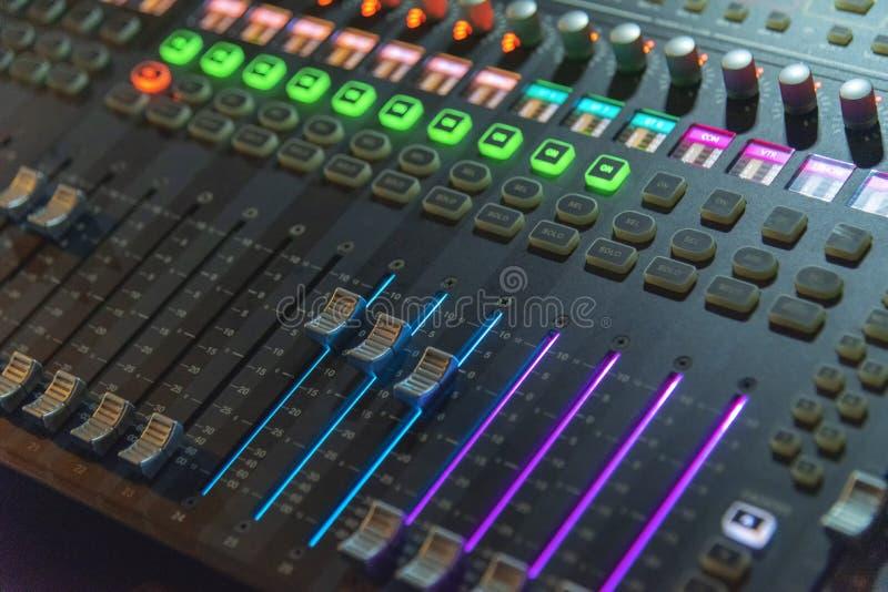 Nahaufnahme der Berufsdigitalen mischenden Audiokonsole lizenzfreies stockfoto