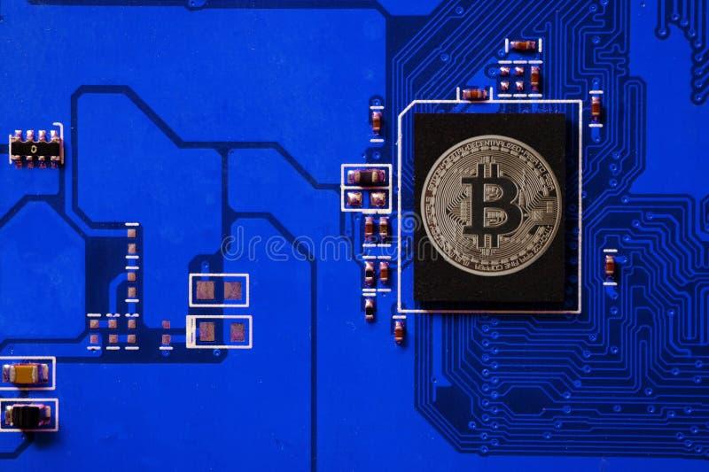 Nahaufnahme der bitcoin Leiterplatte mit bitcoin Prozessor stockfotos
