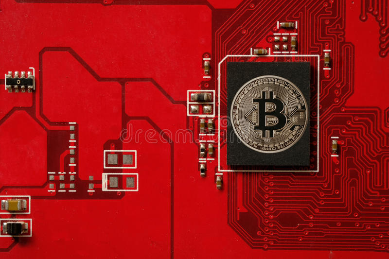 Nahaufnahme der bitcoin Leiterplatte mit Prozessor stockfotos