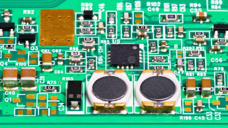 Nahaufnahme der elektronischen Bauelemente Spulen, Widerstände, Kondensatoren, Transistoren und Chip lizenzfreies stockbild