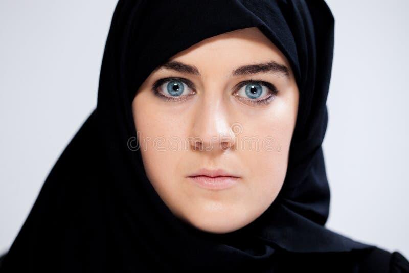 Nahaufnahme der erschrockenen moslemischen Frau stockfotos