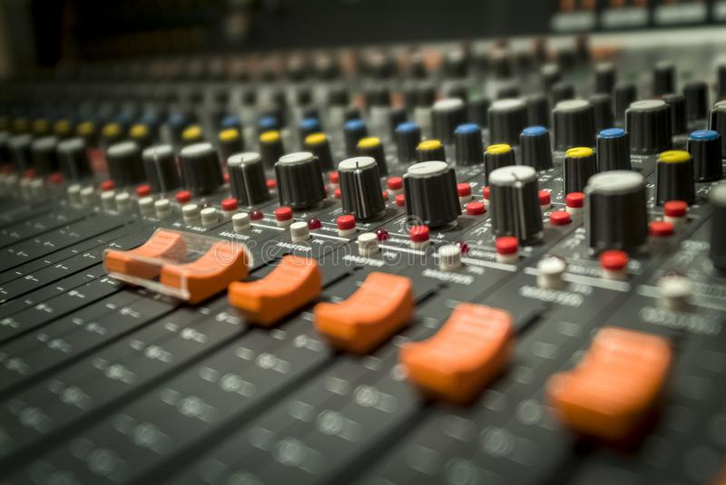 Nahaufnahme der Fader des Professional Multitracks Studio Mixers für Audio-Recording stockbild