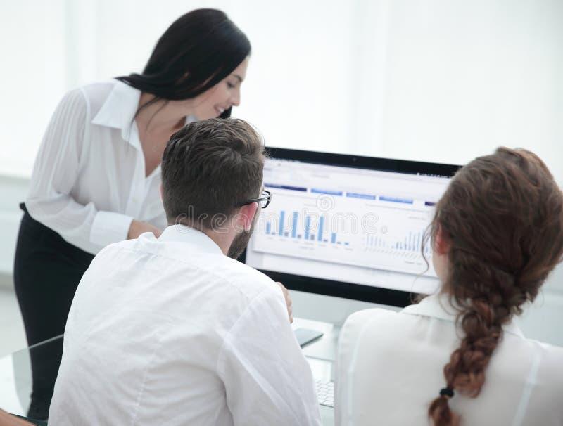 Nahaufnahme der Firma-` s Angestellten, Arbeit mit Finanzzeitplänen stockfotos