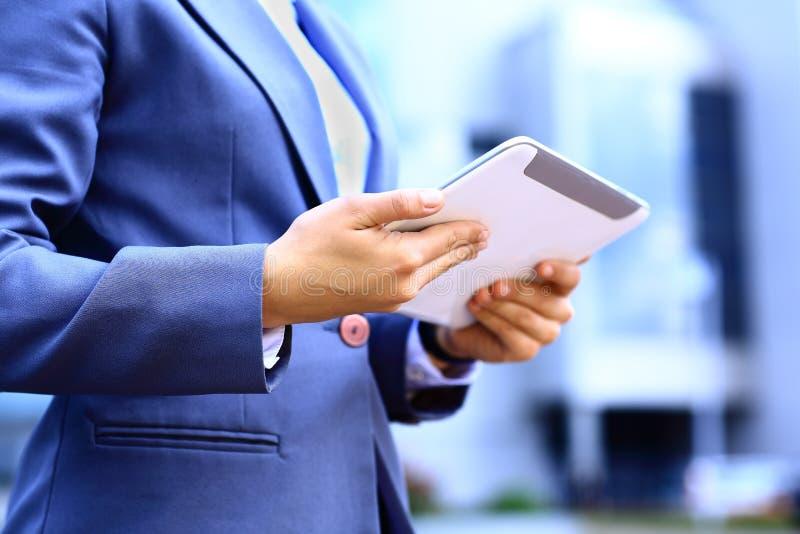 Nahaufnahme der Frau arbeitend mit digitaler Tablette lizenzfreies stockbild