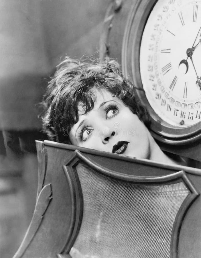 Nahaufnahme der Frau innerhalb der Uhr (alle dargestellten Personen sind nicht längeres lebendes und kein Zustand existiert Liefe stockfotografie