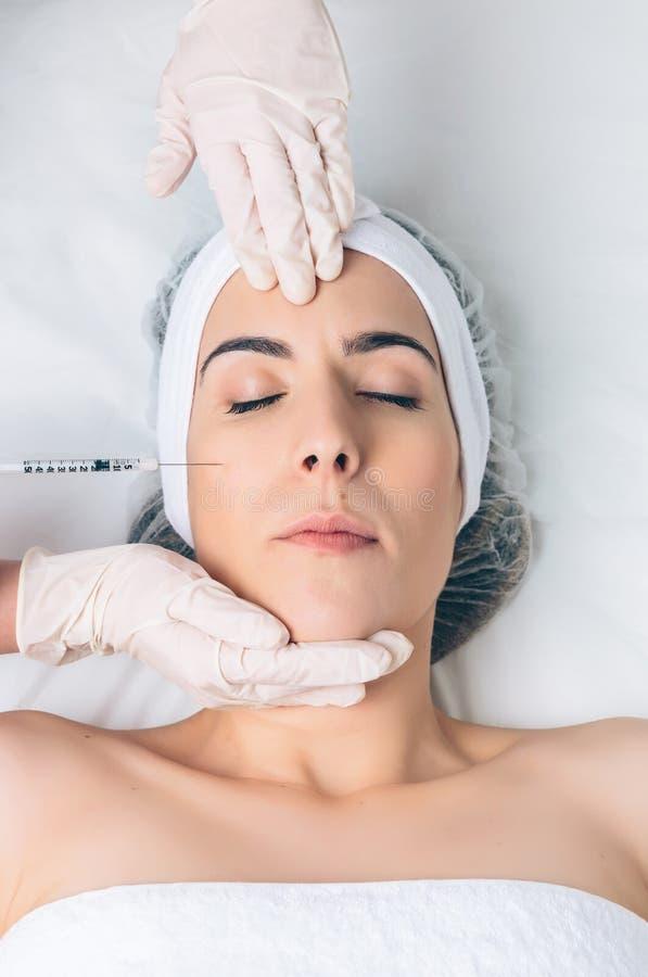 Nahaufnahme der Frau kosmetische Einspritzung in erhalten lizenzfreies stockbild