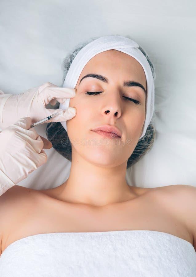 Nahaufnahme der Frau kosmetische Einspritzung in erhalten lizenzfreie stockfotos
