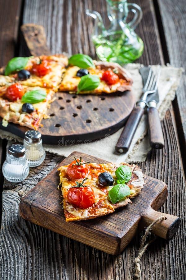 Nahaufnahme der frisch gebackenen Pizza mit Käse und Basilikum stockbild