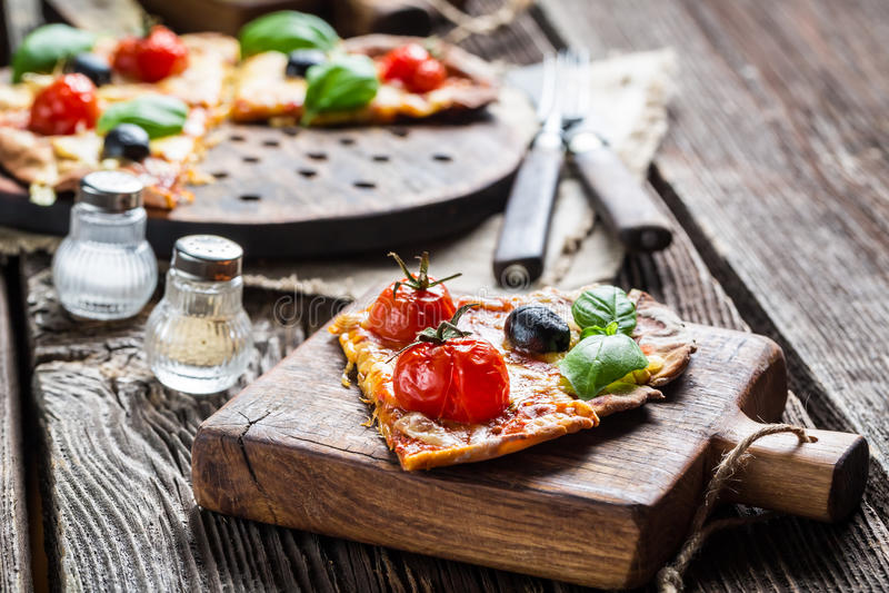 Nahaufnahme der frisch gebackenen selbst gemachten Pizza stockbild