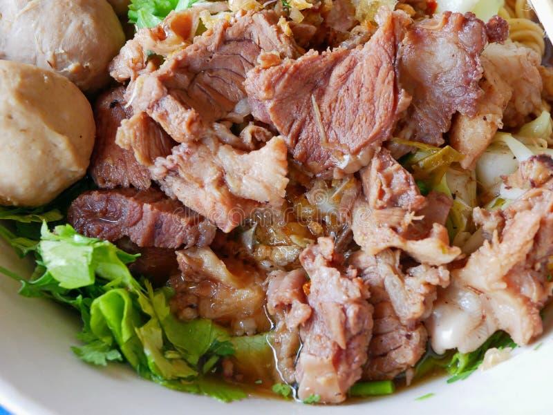 Nahaufnahme der frischen Nudelsuppe mit ged?mpftem Rindfleisch Guay Tiao k?stliche und gesunde Stra?ennahrung Nuea - in Thailand lizenzfreies stockbild