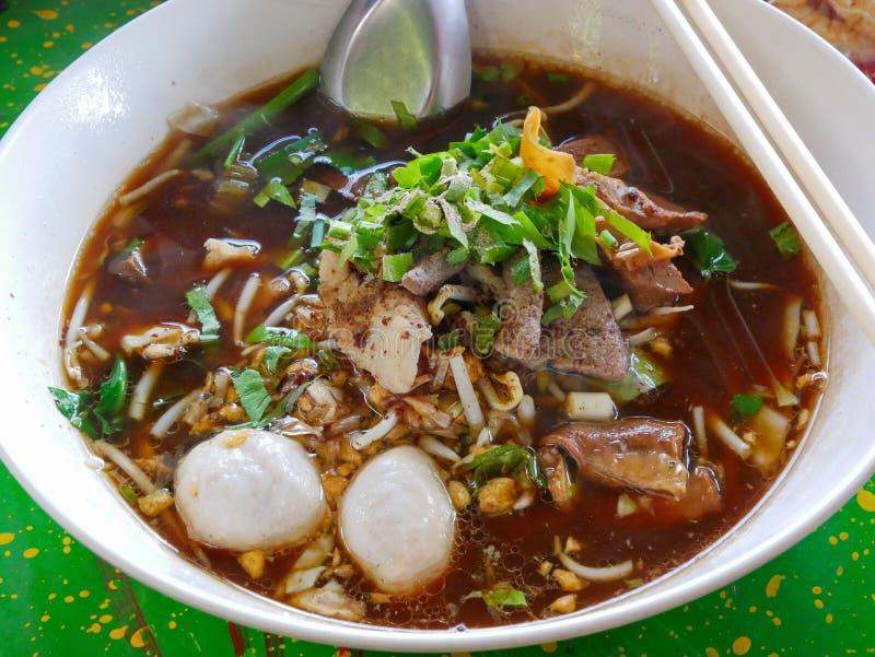 Nahaufnahme der frischen Nudelsuppe mit Schweinefleisch und seiner geschmackvollen starken Suppe Guay Tiao Nam Tok Moo lizenzfreie stockfotos