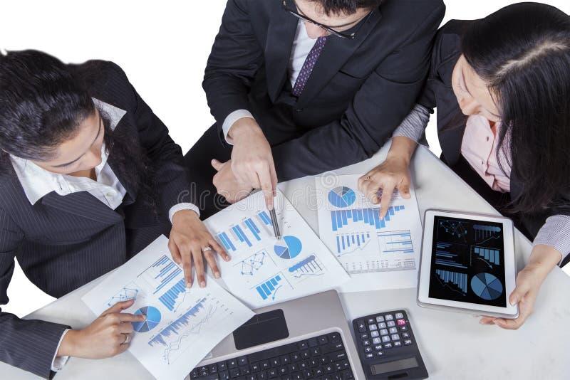 Nahaufnahme der gemischtrassigen Arbeitskraft in der Sitzung stockfotos