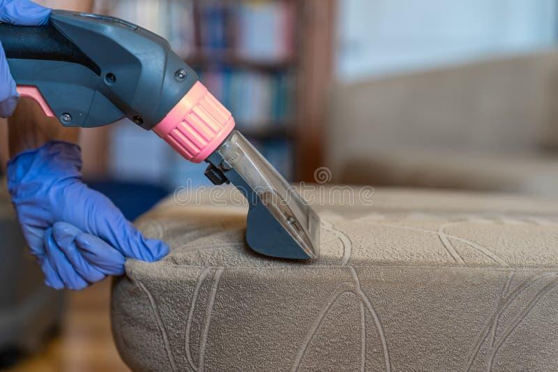 Nahaufnahme der gepolsterten chemischen Reinigung des Sofas stockbilder
