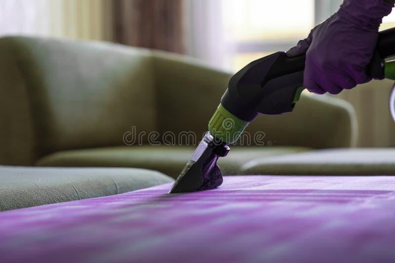 Nahaufnahme der gepolsterten chemischen Reinigung des Sofas stockfotos