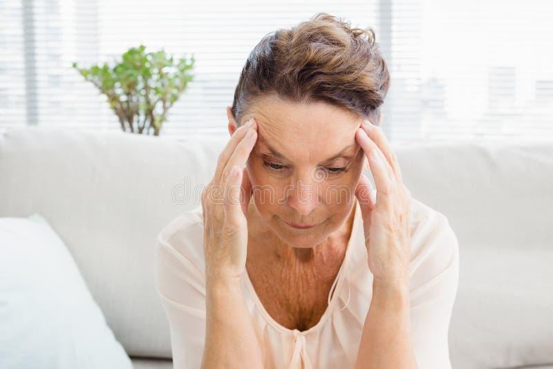 Nahaufnahme der gereizten Frau, die unter Kopfschmerzen leidet lizenzfreie stockfotos