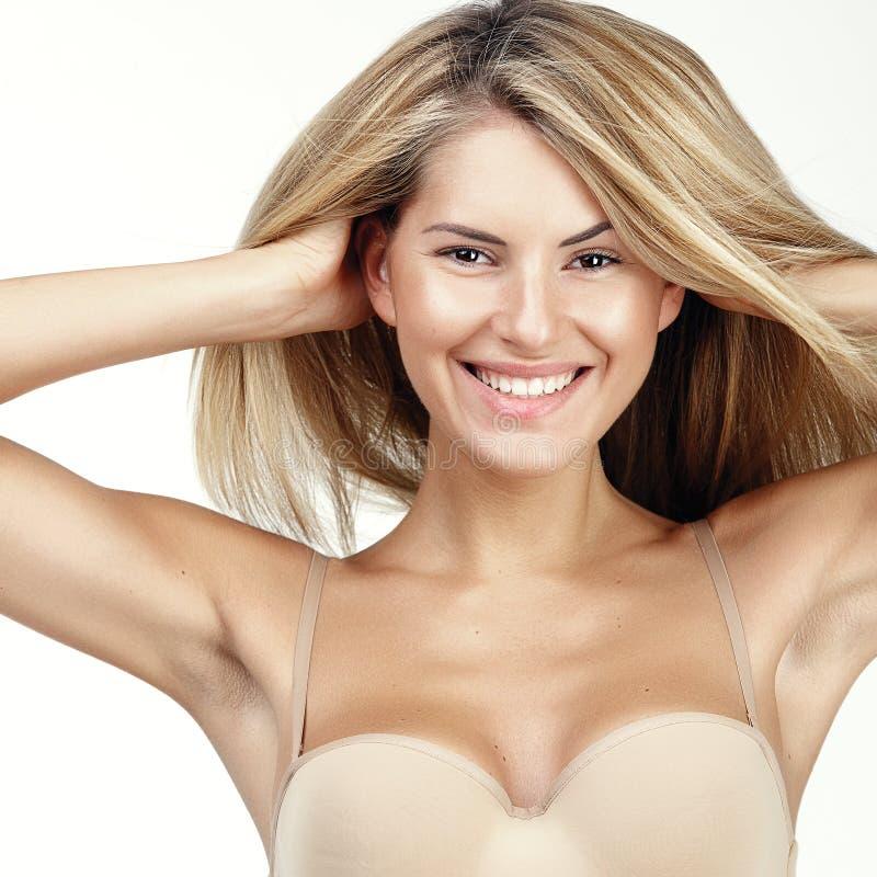 Nahaufnahme der glücklichen Frau mit gesundem Lächeln stockbilder