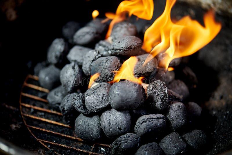 Nahaufnahme der glühenden Kohle im Metallgrill am Sommertag im Garten stockbild