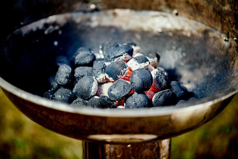 Nahaufnahme der glühenden Kohle im Metallgrill am Sommertag im Garten stockfotos