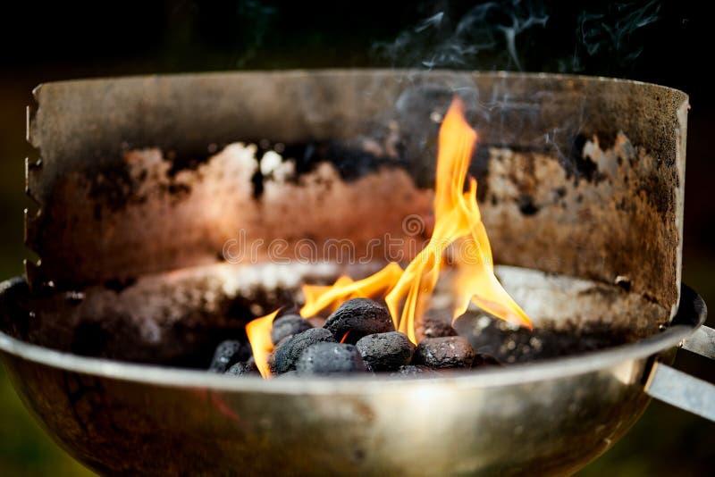 Nahaufnahme der glühenden Kohle im Metallgrill am Sommertag im Garten lizenzfreies stockbild
