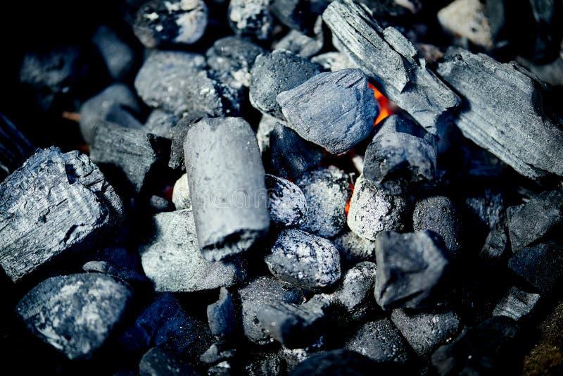 Nahaufnahme der glühenden Kohle im Metallgrill am Sommertag im Garten lizenzfreie stockfotos